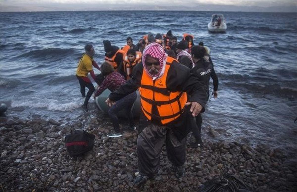 Llegadade un grupo de refugiados a Lesbos en el 2015.