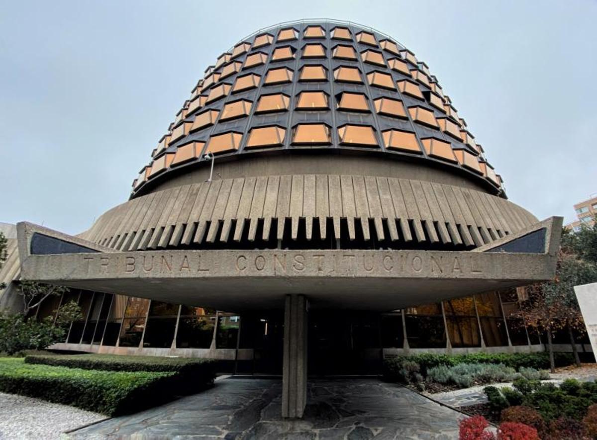 Fachada y entrada al edificio del Tribunal Constitucional en Madrid.