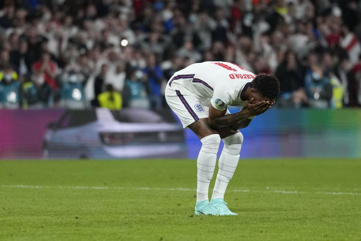 Rashford se lamenta tras fallar un penalti en la tanda decisiva de la final de la Eurocopa ante Italia.