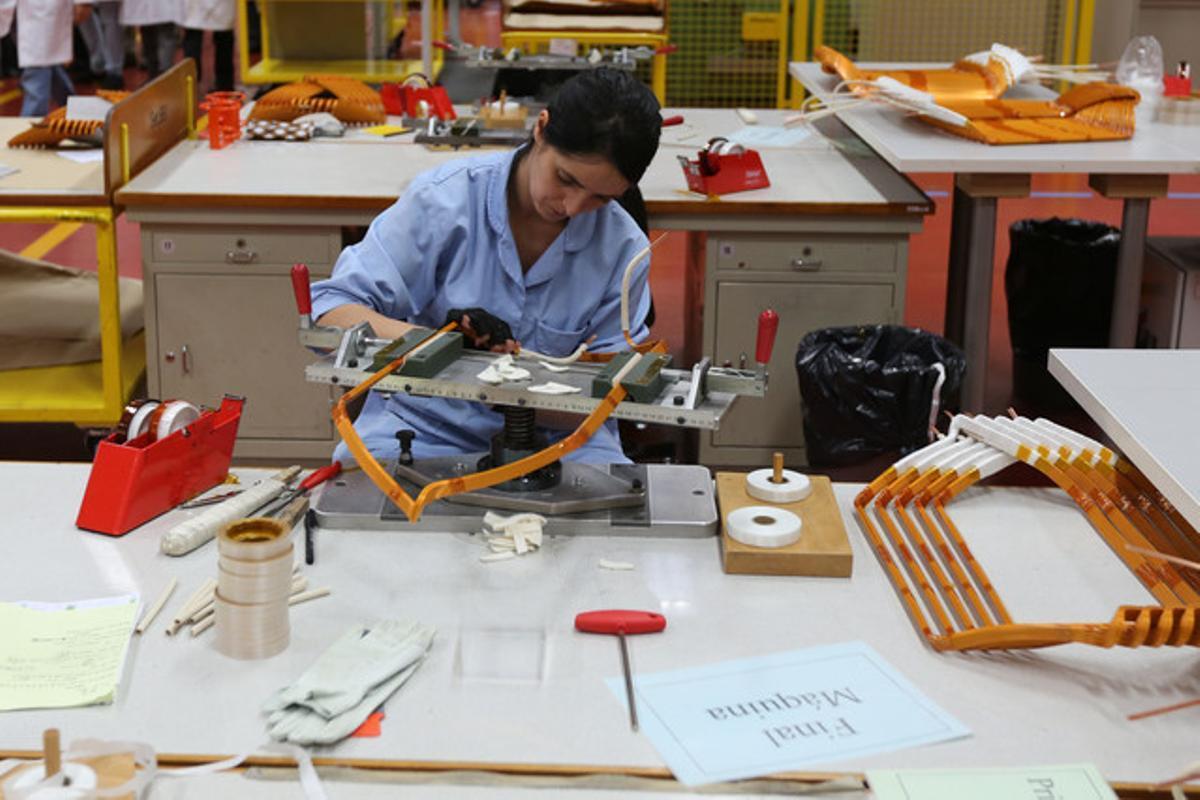 Una de las trabajadoras de la fábrica de Siemens. Fotografía de archivo.
