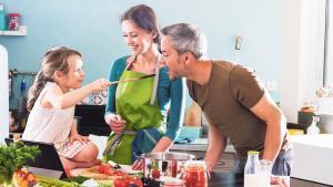 Una familia cocina en casa.