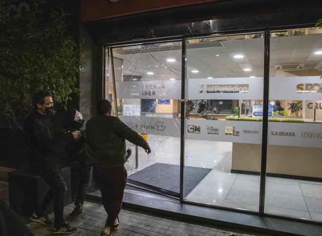Algunos manifestantes rompen la puerta de la redacción de El Periódico