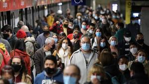 BARCELONA 27 10 2020 Barcelona  El transporte publico en tiempos de pandemia  aglomeraciones en el metro  estacion de la Sagrera  Metro linies 1 o 5 en sagrera  Rodalies  linia R2  de Clot  FOTO de RICARD CUGAT