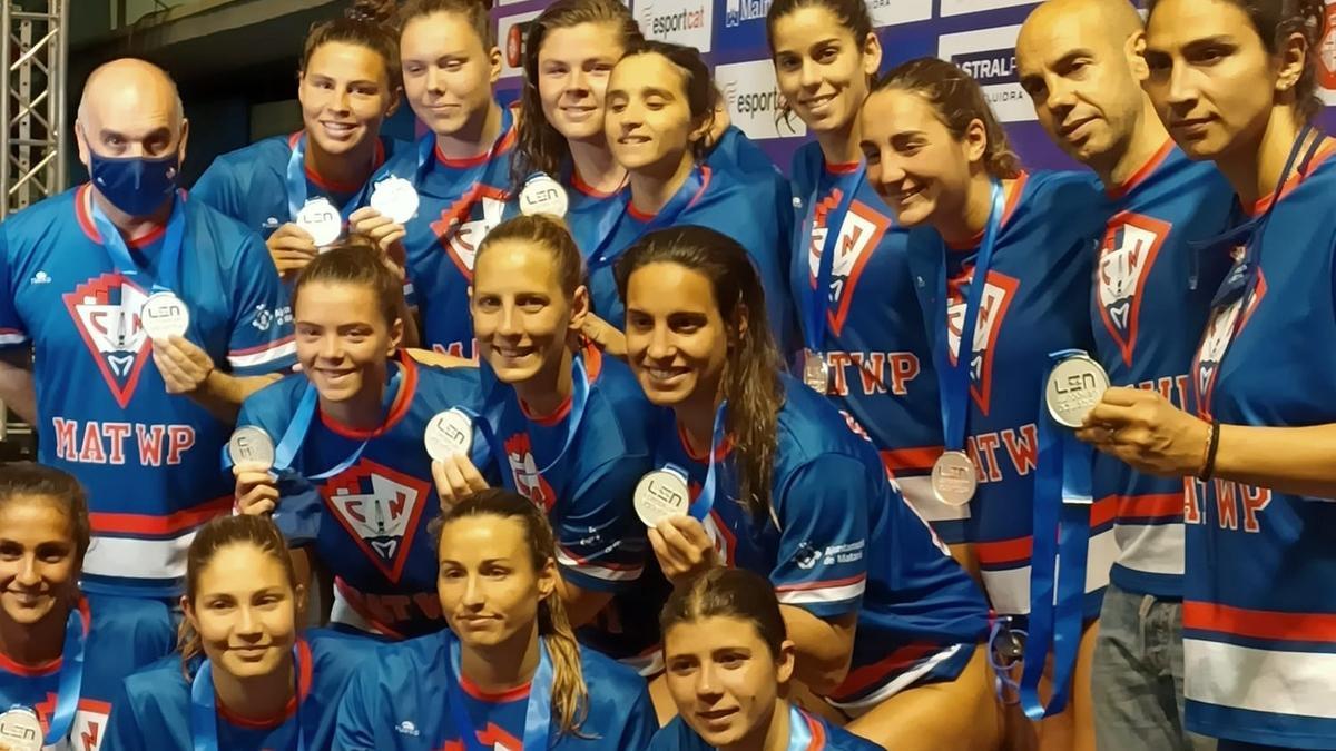 Las jugadoras del CN Mataró, con la medalla de plata.
