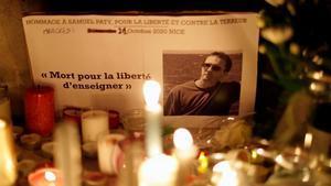 Homenaje al profesor asesinado Samuel Paty en las calles de Conflans-Sainte-Honorine.