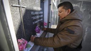 Michelllimpia la tumba de su tíoAnilo Viterbo, asesinado por ser homosexual, en el cementerio de Montgat.