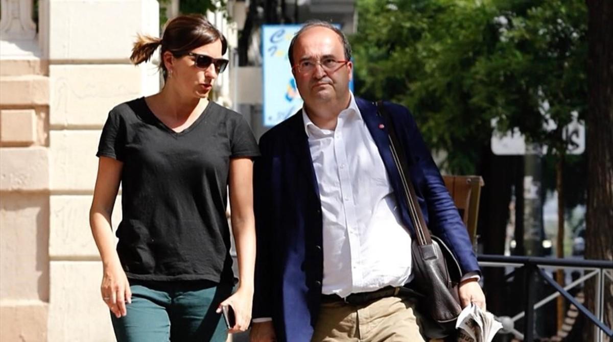 Iceta, junto a una colaboradora, llega a la sede del PSOE, este miércoles.