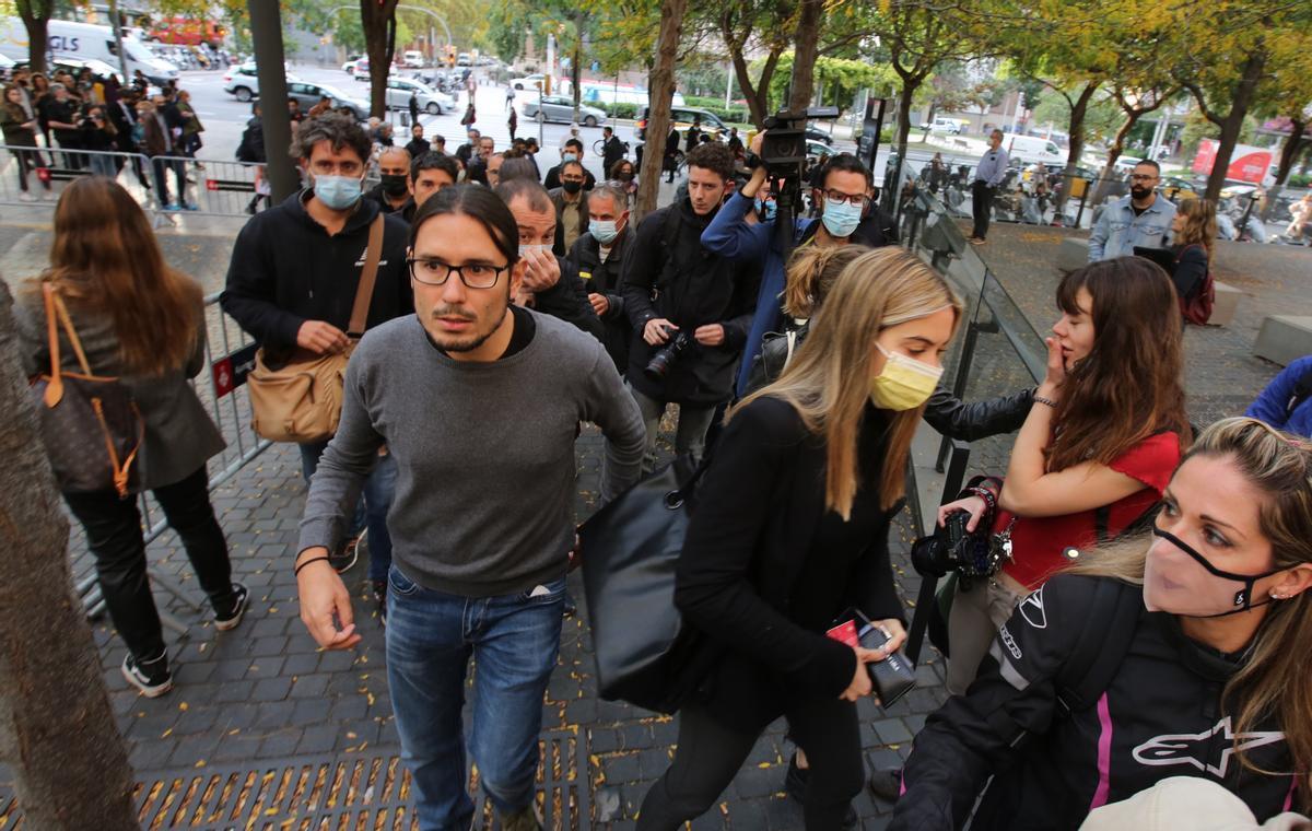 Decenas de personas arropan al fotoperiodista Albert Garcia en el juicio por empujar a un policía.