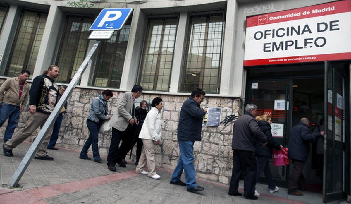 Colas de parados frente a una oficina de empleo, en Madrid.