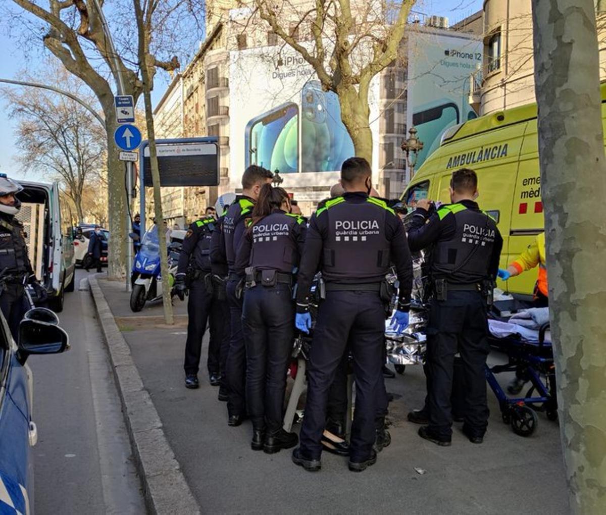 Agentes municipales y una ambulancia, en el lugar del parto.