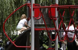 Una niña juega en un parque del Poblenou deBarcelona, el pasado mes de junio.