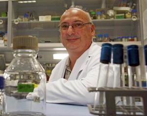 El microbiólogo Francis Mojica en su despacho de la Universidad de Alicante