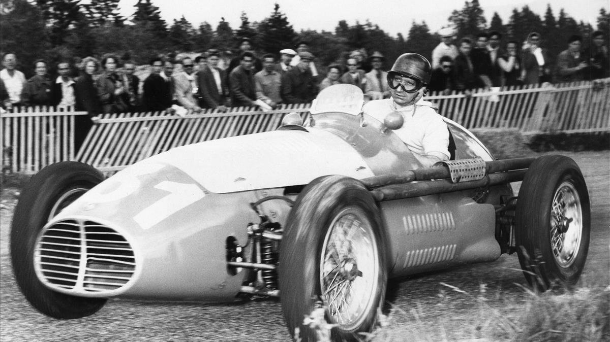 El piloto de Fórmula 1 Juan Miguel Fangio, al volante de un Maserati.