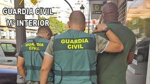 La Guardia Civil traslada a uno de los estafadores detenidos.