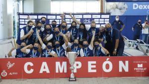 Las jugadoras del Astralpool Sabadell celebran el título en Can Llong.