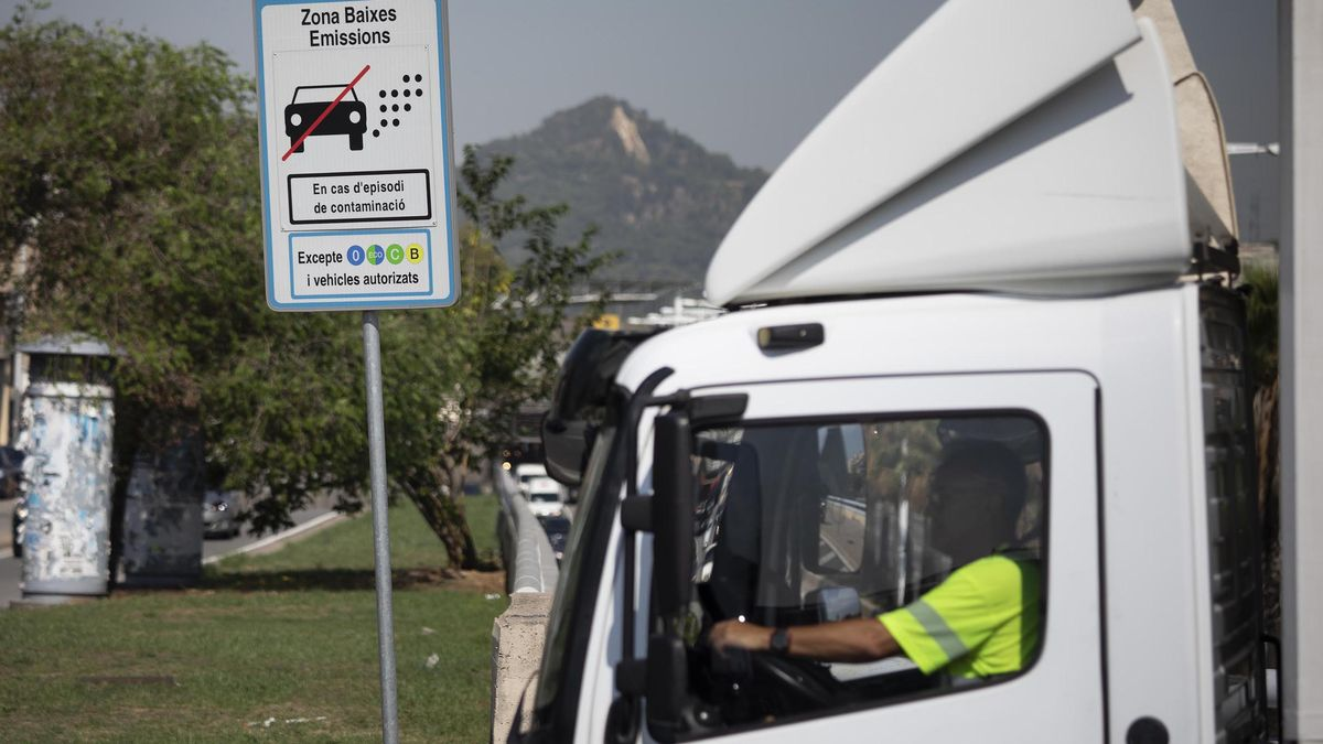 Un camionero se adentra en la zona de bajas emisiones de Barcelona