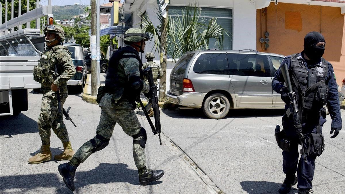 La Armada mexicana y policíafederalearrestaron oficiales de policía de Acapulco y tomaron el control de la Secretaría de Seguridad Pública.