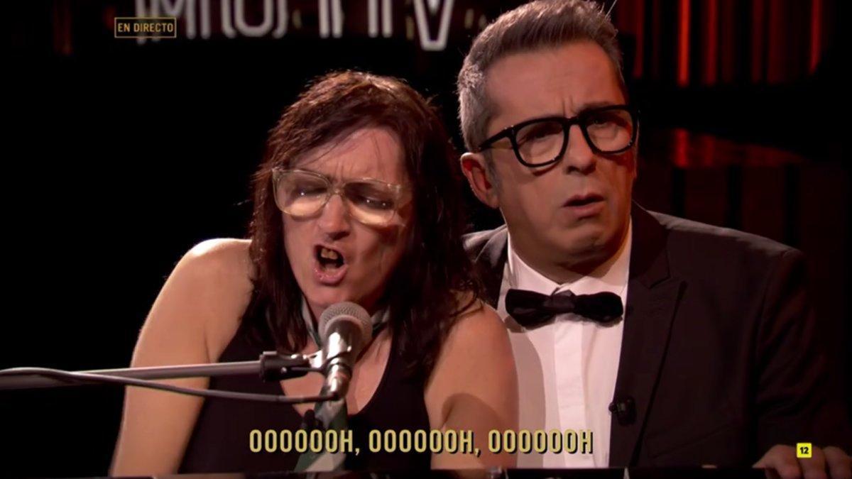 'La niña de Shrek' (Silvia Abril) y Andreu Buenafuente versionando 'Shallow' en 'Late Motiv'.