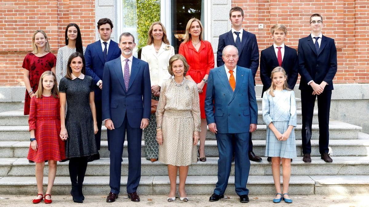 Los integrantes de la Familia Real posan en el almuerzo familiar en el Palacio de la Zarzuela con motivo del 80º aniversario de la reina Sofía.