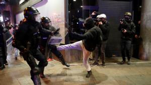 Mossos d´Esquadra y manifestantes se enfrentan en el centro de la ciudad de Barcelona.