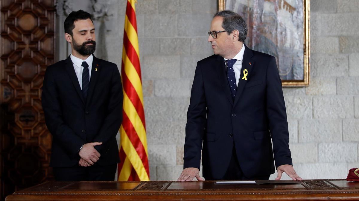 Quim Torra, acompañado por el presidente del Parlamnt, Roger Torrent, en la toma de posesión como 'president'.
