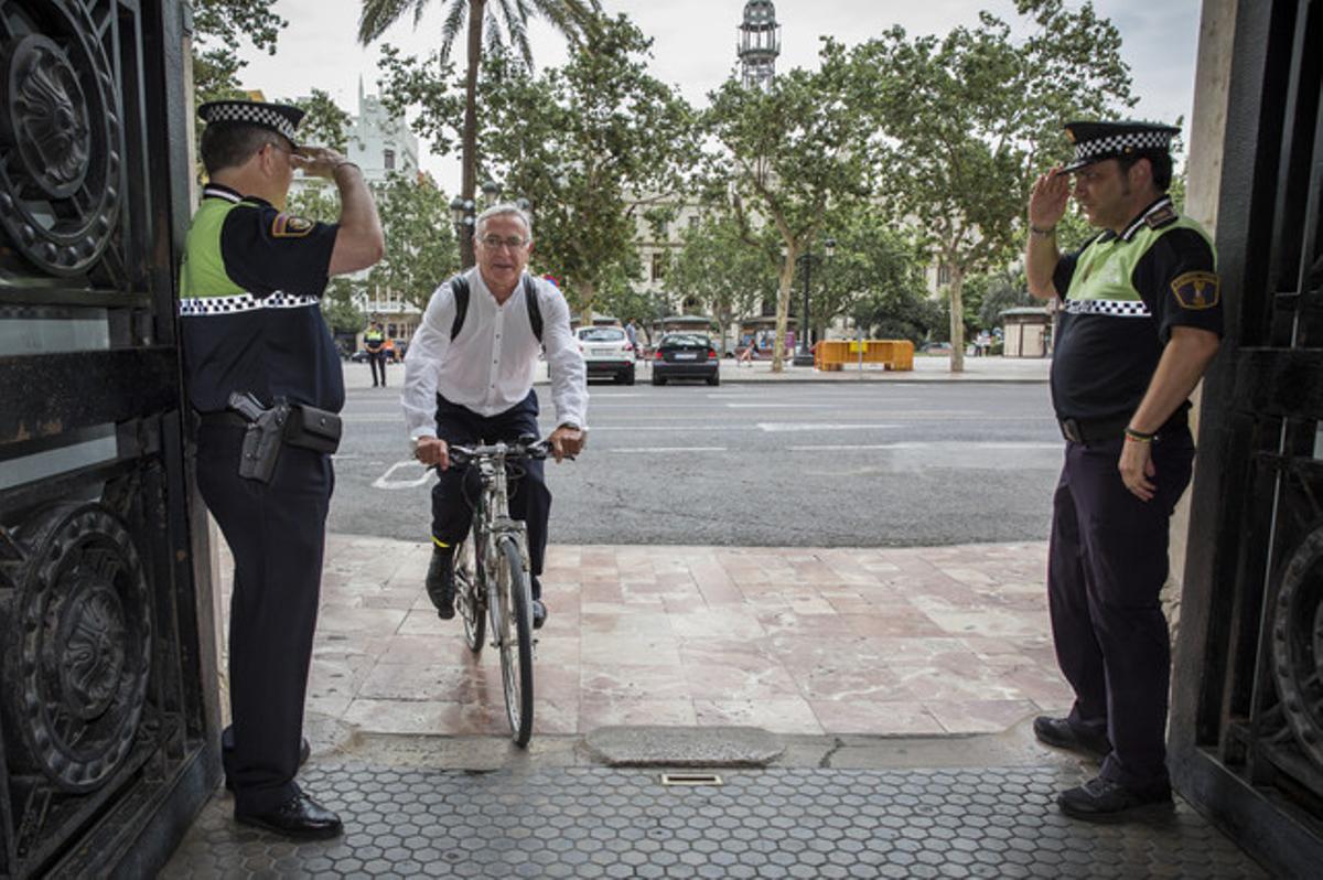 El alcalde de Valencia, Joan Ribó, llega en bicicleta al ayuntamiento, el pasado 15 de junio.