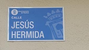 Rótulo de la calle que el Ayuntamiento de Huelva dedica al periodista onubense Jesús Hermida.