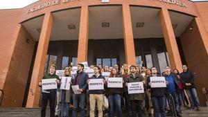 Jóvenes del PP, ante el campus universitario de Vitoria.