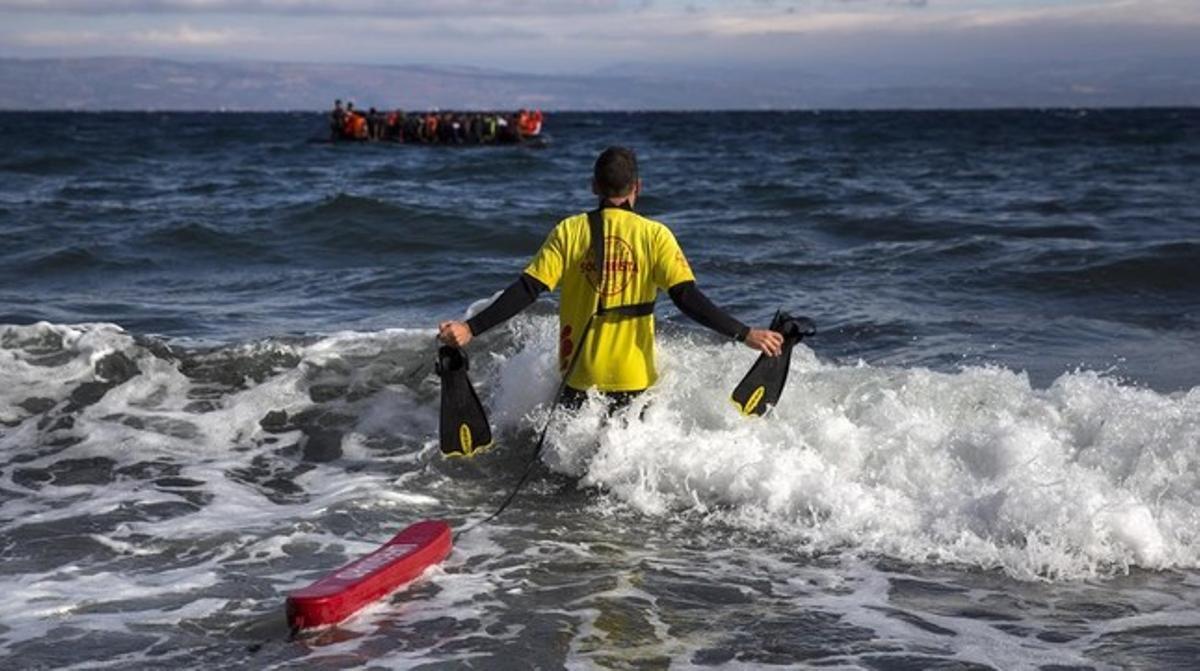 Un socorristade Activa Open Arms saleal mar para ayudar a refugiados, frente a las costas de Lesbos.
