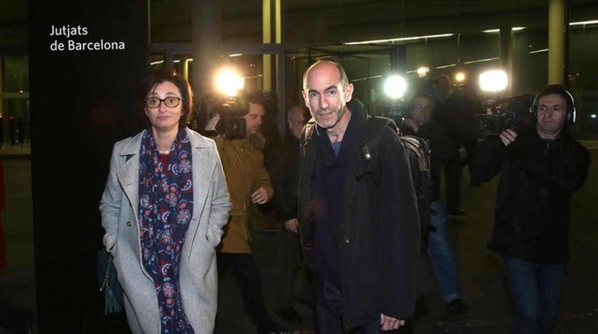 La reportera de EL PERIÓDICO María Jesús Ibáñez y el fotógrafo Josep Garcia, autores de la entrevista exclusiva con Joaquim Benítez, entran en los juzgados, este sábado por la tarde.