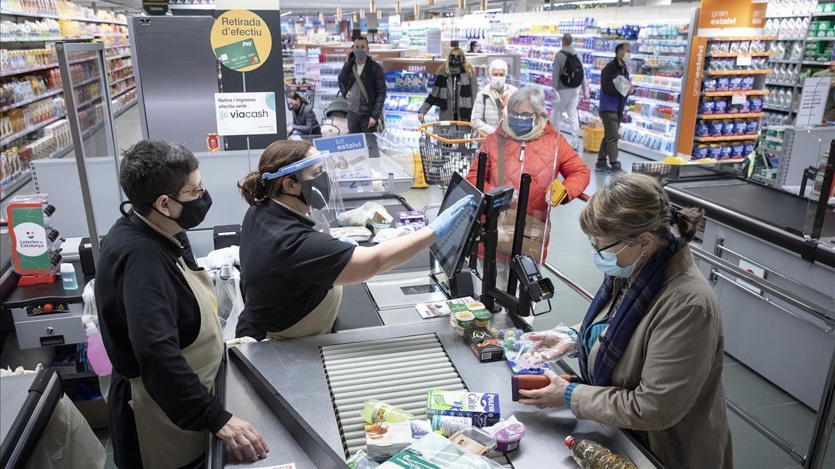 Compradores en un supermercado de Bonpreu del Carrer Urgell, de Barcelona.