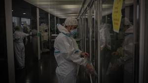 Un trabajador sanitario protegido en la uci del Hospital del Mar en Barcelona.