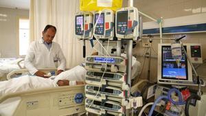 El doctor Ricard Ferrer en una UCI del Hospital del Vall d'Hebron.