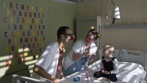 Unos payasos actuandoen la habitación de una paciente en el Hospital de Sant Joan de Déu, en el 2017.
