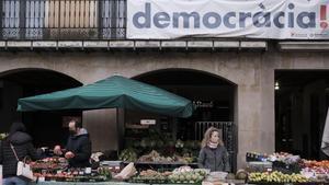 Mercado semanal del martes en la plaza Major de Vic a pocos días de las elecciones del 14-F.