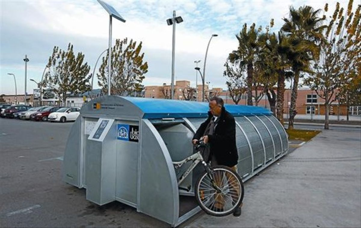Antoni Poveda muestra el funcionamiento de un módulo para aparcar bicicletas en Sant Joan Despí, ayer.