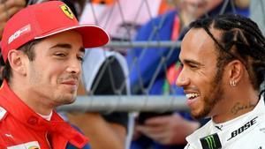 Charles Leclerc y Lewis Hamilton conversan tras el último ensayo de Sochi, donde el joven monegasco ha logrado la 'pole'.