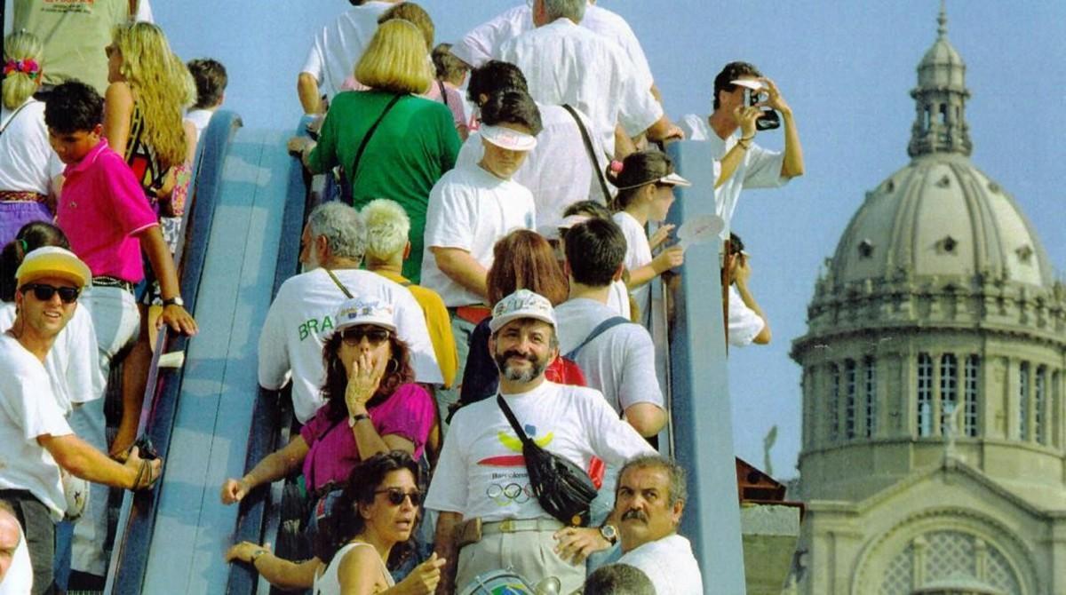 Un grupo de turistas se encaminan al Estadi Olímpic, en Montjuïc, en 1992.