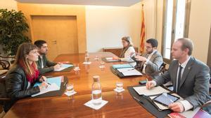 Los 'comuns' Jessica Albiach y David Cid (izquierda) frente a Pere Aragonès, Albert Castellanos y Meritxell Massó, negocian los presupuestos, en una imagen del 2018.