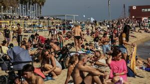 Parece una estampa playera precovid, pero es de una playa de Barcelona este domingo.