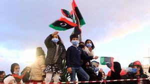 Un grupo de niños ondean banderas de Libia en la conmemoración del décimo aniversario del inicio de la revuelta que acabó con el régimen de Muamar el Gadafi.