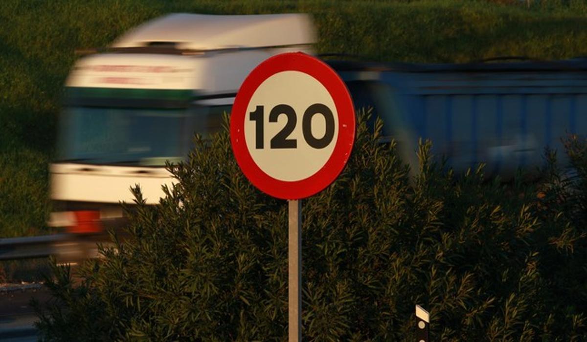 Un camión circula junto a una señal que fija en 120 km/h el límite de velocidad, el pasado febrero, en Sevilla.