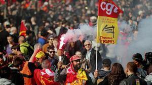 Milers de francesos protesten contra la reforma laboral de Macron
