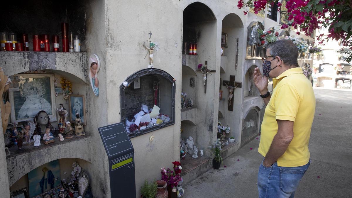 Tumba del Santet del Poblenou, con la lápida en formato urna para recoger las peticiones de sus devotos. Los 12 nichos que la rodean están llenas de velas, figuras y hasta fotos anónimas enmarcadas.