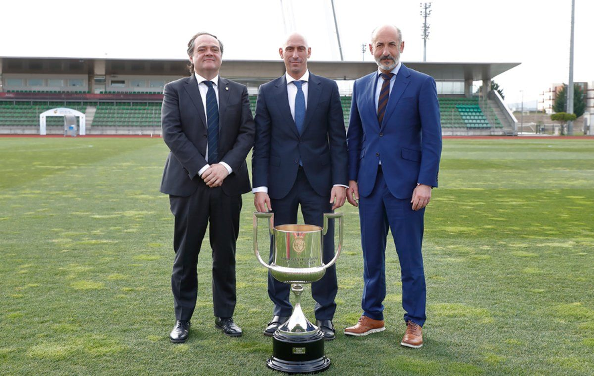 Aperribay (presidente de la Real), Rubiales (presidente de la federación) y Elizegi (presidente del Athletic), en Madrid.