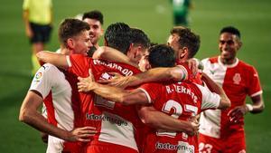 Los jugadores del Girona celebran el gol de Bernardo.