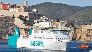 Ya reparado, el barco llega al puerto tras unas cuatro horas a la deriva.