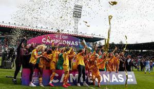 Lasjugadoras del Barça celebran el domingo la conquista de la Supercopa de España en el estadio El Helmántico de Salamanca.