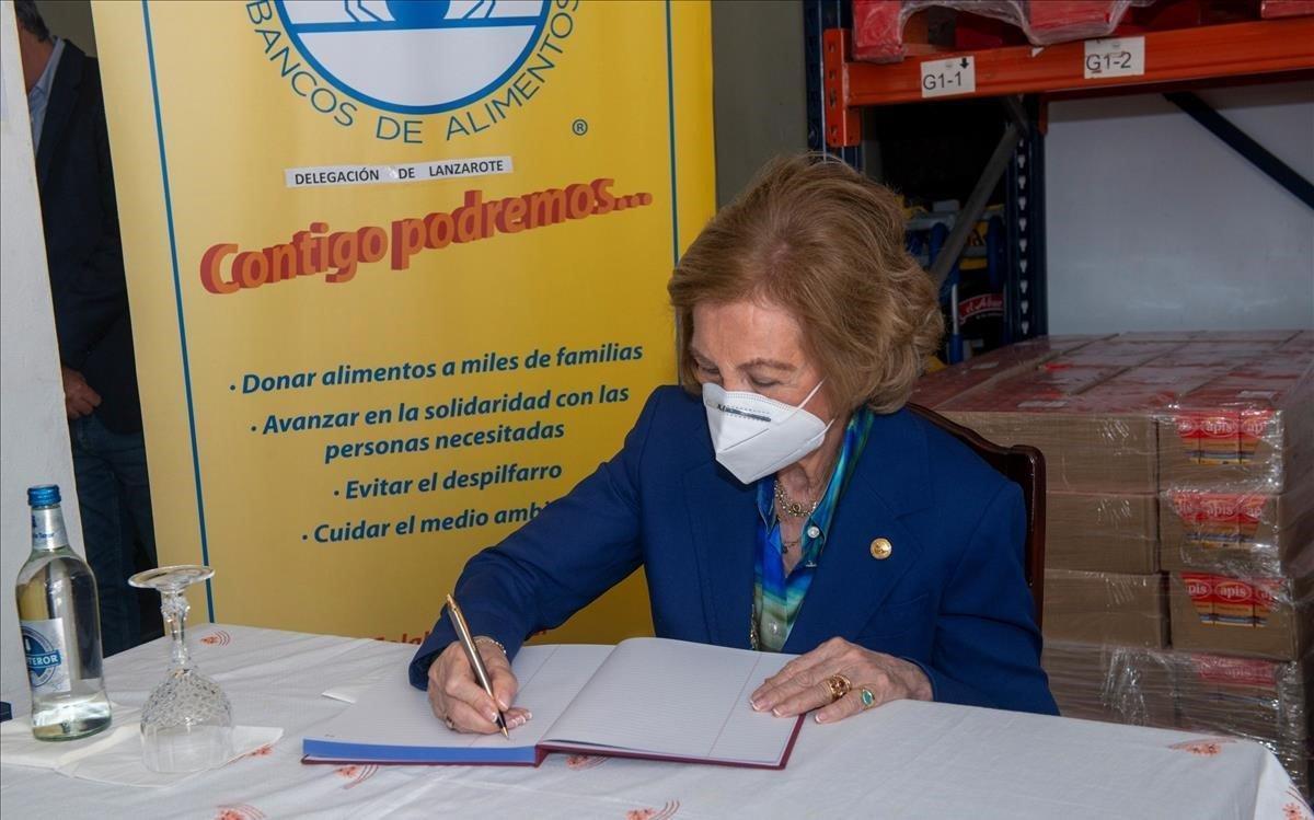 La reinaSofía,durante su visita a la sede del Banco de Alimentos de Lanzaroteel mes pasado.