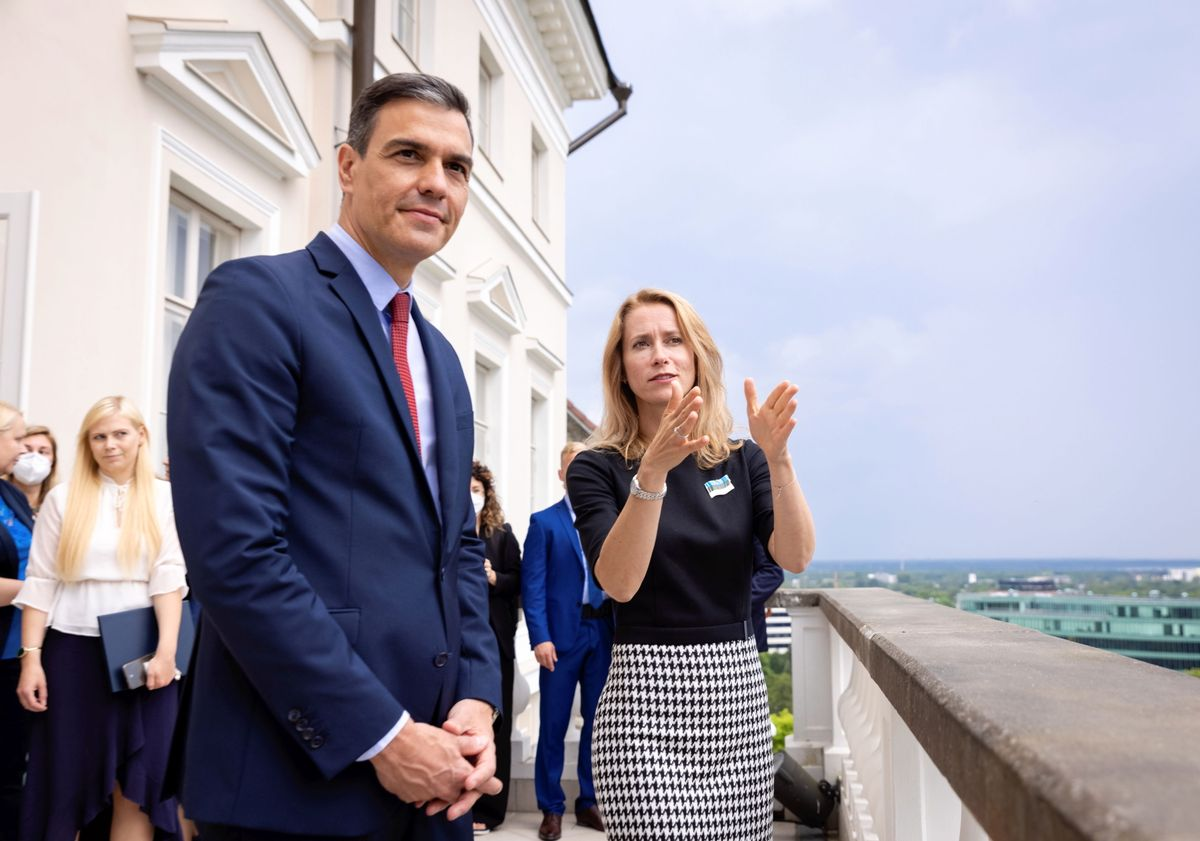 El presidente del Gobierno, Pedro Sánchez, y la primera ministra de Estonia, Kaja Kallas, este 6 de julio en Stenbock House, la sede del Ejecutivo del país, en Tallin, la capital.